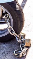Motorrad mit Vorhängeschloss gesichert