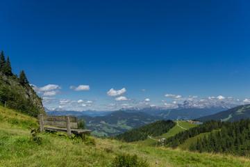 Panorama mit Bank Richtung Dachstein
