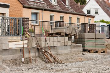 Diverses Baumaterial beim Strassenbau