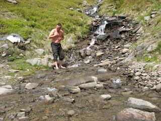 Умываясь в горном ручье
