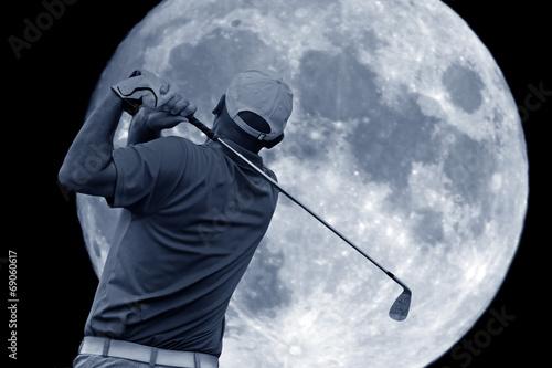 Papiers peints Golf golf swing and a big moon
