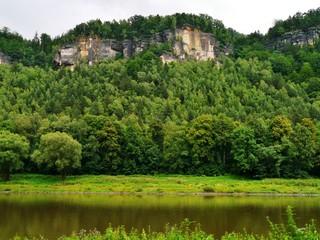 Gebirge am Fluss