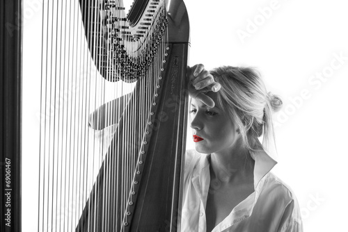 Woman with harp - 69061467