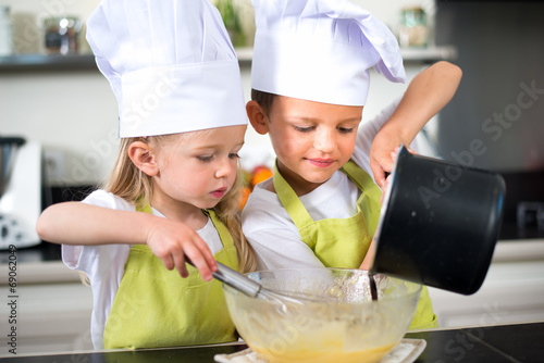 Canvas Koken happy children kids family preparing funny cake kitchen at home