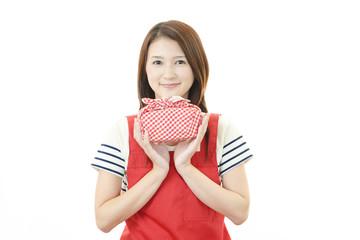 弁当箱を持つ笑顔の主婦