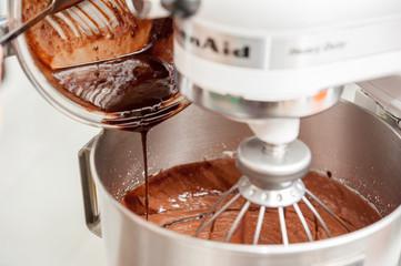 Mixxing flour, eggs, sugar and hot chocolate in mixxing machine