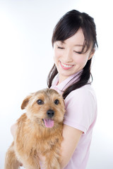 犬を抱いた女性