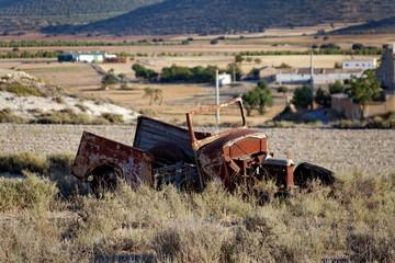Vieille épave de voiture abandonnée dans un champ