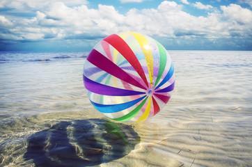pallone colorato sull'acqua