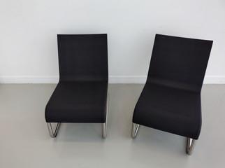2 fauteuils noirs sur fond blanc