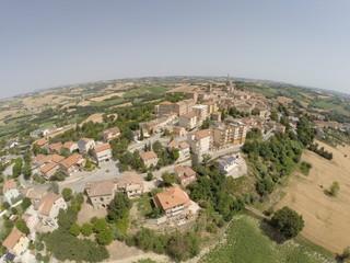 Vista aerea paese e paesaggio rurale nelle Marche
