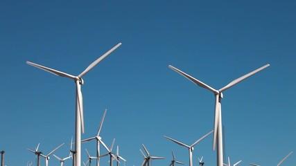 青空と風力発電機_3