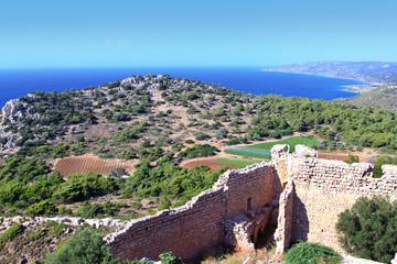 вид на море, горы и останки древней крепости