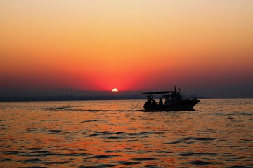Gün Doğumu ve Balıkçı Teknesi