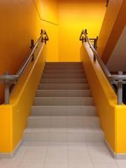 treppenhaus mit modernen treppenstufen