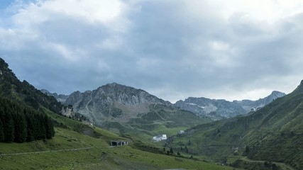 Wolken und Nebel am Col de Tourmalet in den Pyrenäen