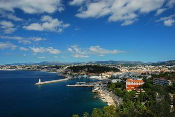 Le phare de Nice entre ciel et terre