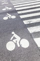 Radweg und Zebrastreifen
