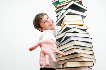 Портрет жизнерадостного подростка с книгами