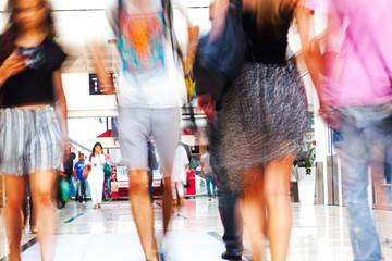 Menschen beim Einkaufen in Bewegungsunschärfe