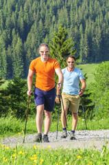 Zwei walkende Männer