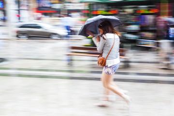 Frau in der Stadt bei Regenwetter