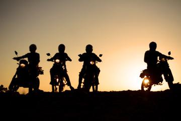 gündoğumu gezisindeki motorcular