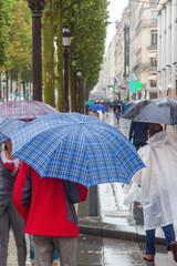 Einkaufsbummel in der regnerischen Stadt