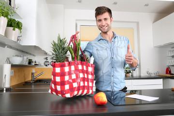 Mann zuhause in der Küche