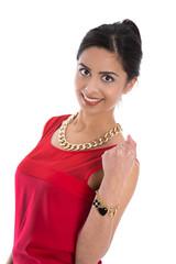 Glückliche junge indische Frau mit Schmuck in Rot isoliert