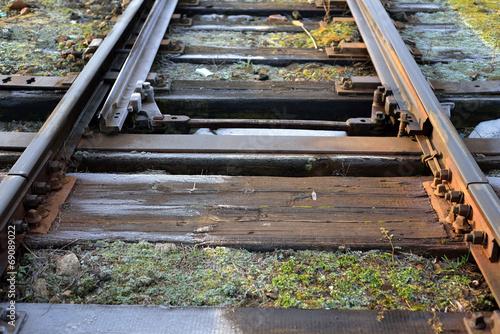 tory kolejowe ze zwrotnicą, krajobraz kolejowy - 69089022