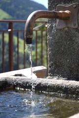 l'eau d'une fontaine de montagne
