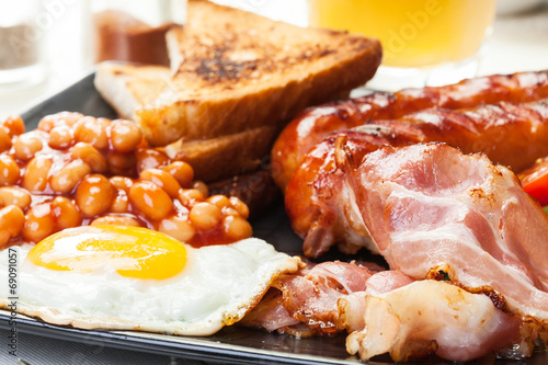 Full English breakfast with bacon, sausage, egg and beans - 69091057