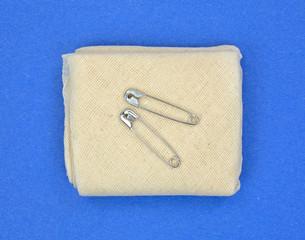 Triangular muslin bandage with fasteners