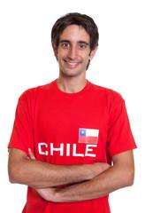 Fan aus Chile mit verschränkten Armen