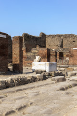 Brunnen in Pompeji mir Häuser-Ruinen - via della fortuna