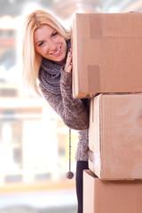 junge Frau zieht in erste eigene Wohnung
