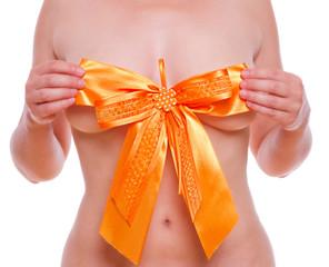 orangene Schleife verdeckt eine Frauenbrust