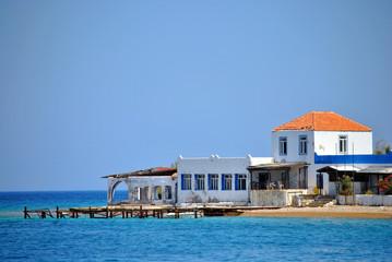 oud vervallen hotel bij de zee