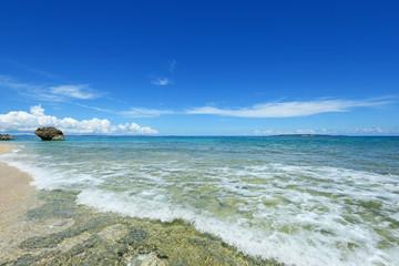美しいビーチに打ち寄せる波