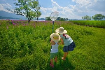 花畑で遊ぶ2人 B
