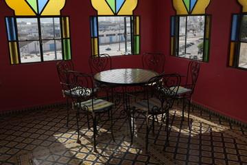 Table ronde avec chaises en fer forgé