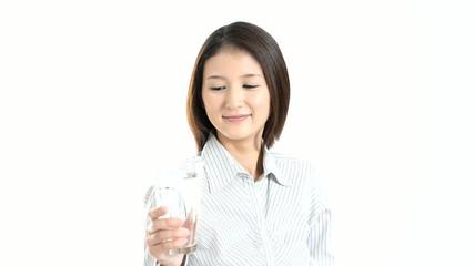 水を飲む笑顔のOL