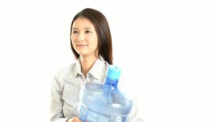 ボトルを持つ笑顔の女性