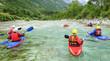 Kajaking-Gruppe auf einem Fluss