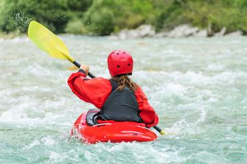 Kajakerin auf dem Fluss