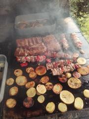 Carne e patate sul barbecue
