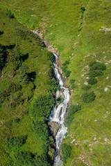 Ein Wasserfall in den Bergen
