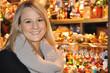Frau vor Bude auf Weihnachtsmarkt