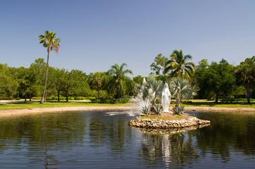 Maria Statue in einem kleinen See